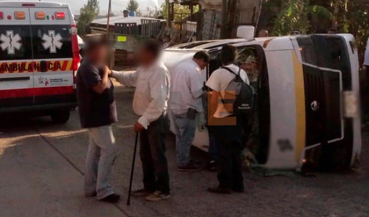Vuelca combi Ruta Amarilla 2 al quedarse sin frenos; hay 8 heridos en Morelia, Michoacán