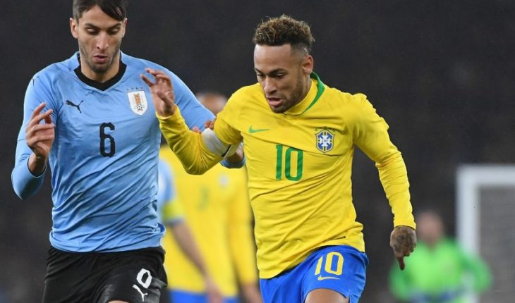 A loose Brazil defeated 1-0 to a Uruguay decimated by casualties
