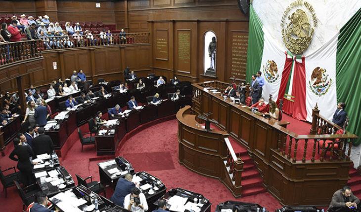 Asistentes al Congreso de Michoacán lanzan monedas y otros objetos contra diputados