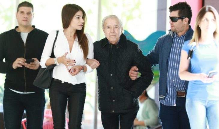 Carlos Menem spoke with his son at the Clinica Las Condes and already returned to Argentina