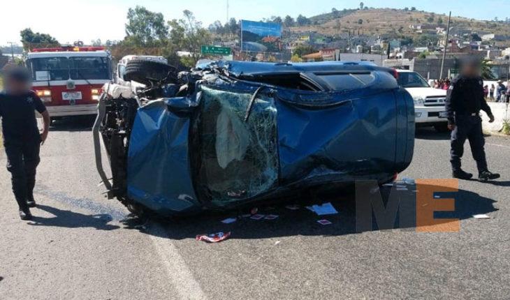 Choque de camioneta contra auto en Tarímbaro, mujer resulta herida