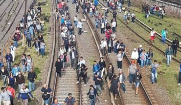El Tren Sarmiento quedó varado y los pasajeros tuvieron que caminar por las vías