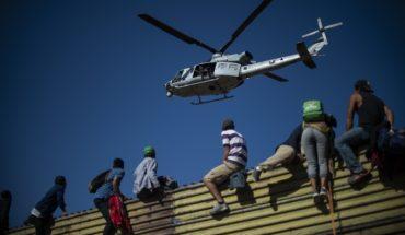 Migrantes llegan hasta valla metálica de la frontera