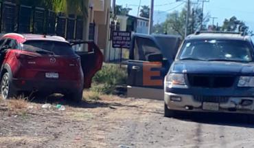 """Tras balacera entre gatilleros abandonan un par de camionetas en """"La Ruana"""" Michoacán"""