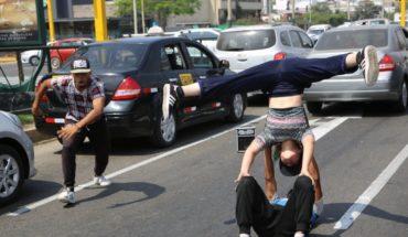 Bailarines venezolanos encuentran trabajo en calles de Perú