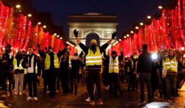 Chalecos amarillos protestaron frente a televisoras francesas