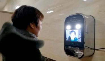 Colocan dispensador de papel higiénico con reconocimiento de rostro para evitar el desperdicio en China