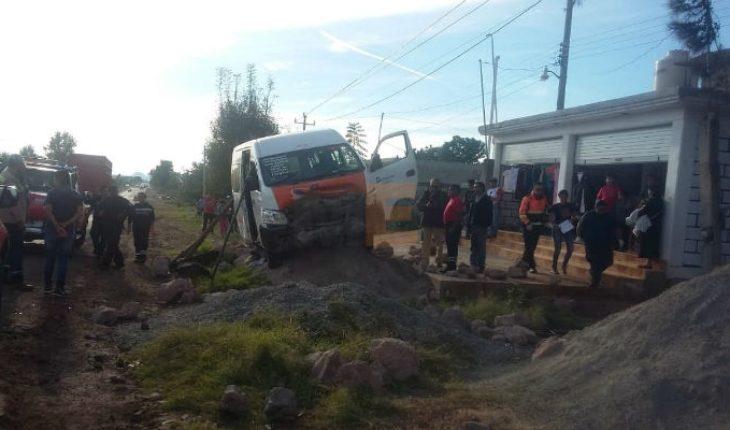 Cuatro heridos en accidente de combi en Zitácuaro, Michoacán