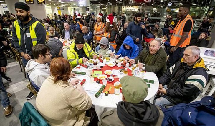 Doscientas personas sin hogar celebran la Navidad en la estación de trenes de Birmingham New Street
