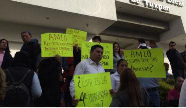 Ex empleados del SAT se manifiestan contra AMLO por despido masivo