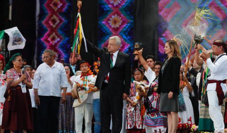 Festival en el Zócalo: con danzas y rituales religiosos, indígenas entregan bastón de mando a AMLO