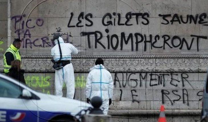 """Macron ordena buscar diálogo con """"chalecos amarillos"""" y rayan Arco de Triunfo tras protestas"""