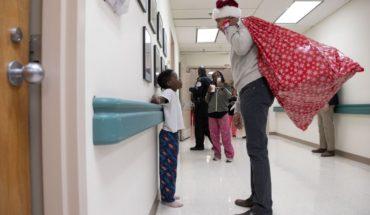 Obama vestido de Santa sorprende con regalos a niños enfermos