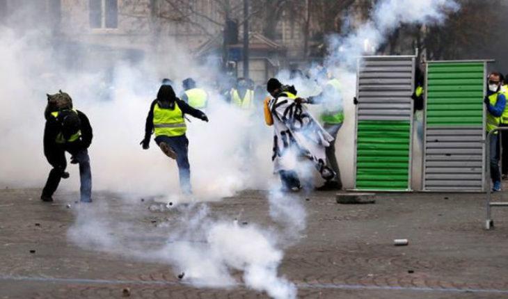 """Regresa la violencia a París, """"chalecos amarillos"""" vuelven a manifestarse"""
