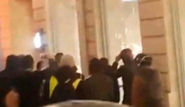 """Tienda de Apple queda destrozada por los """"chalecos amarillos"""""""