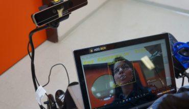 Una silla de ruedas motorizada controlada por las expresiones faciales