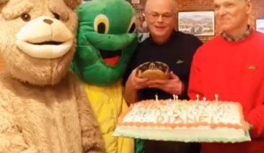 [VIDEO] Hombre celebró los 50 años de su tortuga, la que recibió cuando era niño