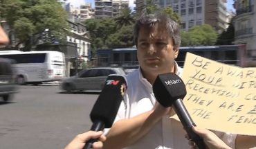 La curiosa protesta de un hombre sólo frente a la Embajada de Arabia Saudita