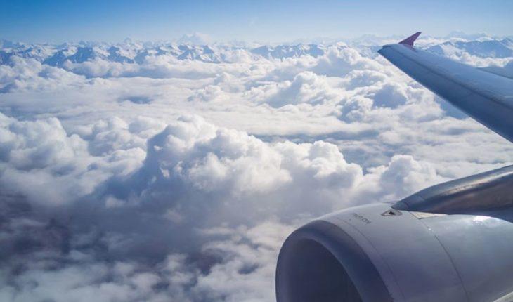 Video: Pánico en un vuelo al ver como se destroza el motor del avión