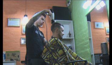 Peluquero solidario: corta el pelo a cambio de leche para donar