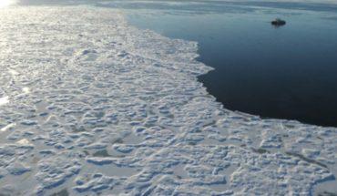 """Visitantes miran el extraño fenómeno de las """"crepas de hielo"""""""