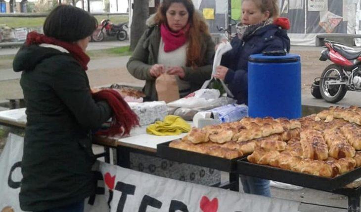 Despedidos de la confitería Boston venden pan dulce a modo de reclamo