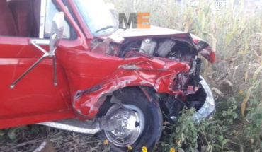 Driver falls asleep and has an accident in his truck on the road Zitácuaro