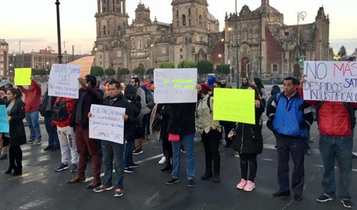 """Empleados del SAT protestan en Palacio Nacional por despidos, """"Lo voy a revisar"""", dice López Obrador"""