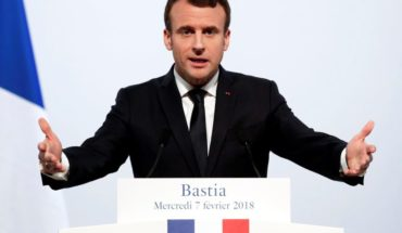 """Macron condemned violence of """"Yellow Jackets"""" and reiterated a pledge to raise the minimum wage"""