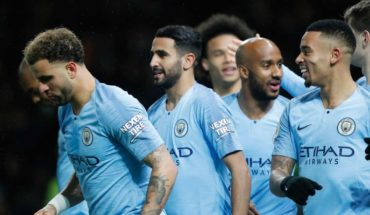 Manchester City kept the lead after winning 2-1 at Watford