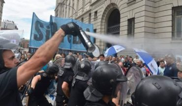 """Medios públicos: represión a trabajadores, """"paritaria cero"""" y renuncia"""