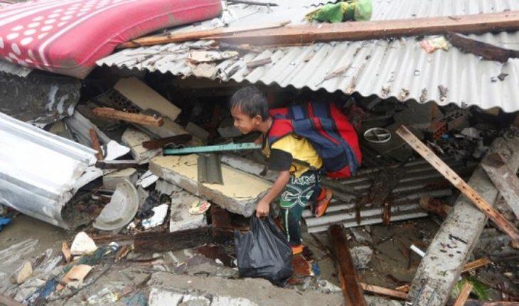 Muertos por tsunami en Indonesia aumentan a 373 y sigue la frenética búsqueda de sobrevivientes entre los escombros