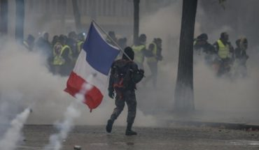 """Tension in Paris: almost 500 detainees, tear gas and clashes in another protest of the """"Yellow Jackets"""""""