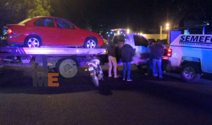 Un muerto y un herido al chocar en motocicleta contra una grúa de plataforma, en Morelia