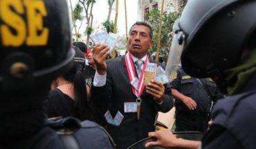Miles de peruanos exigen en una marcha la renuncia del fiscal general de Perú