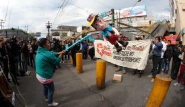 Pobladores manifiestan inconformidad rompiendo piñata de 'El Bronco'
