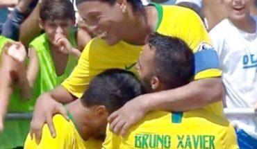 Ronaldinho deslumbra a todo Brasil en partido de fútbol playa