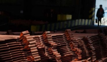 The price of copper closed down after strengthening in the dollar
