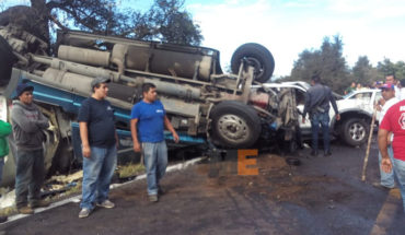 Uruapan trailer against two cars collide, there is one dead and two wounded