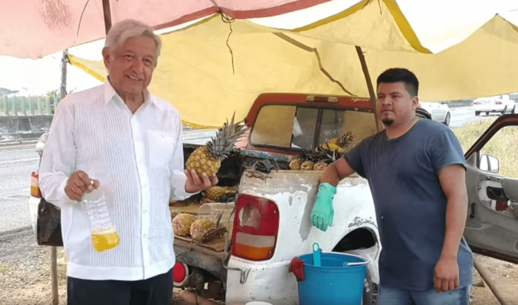 ¡Pa' su mecha qué sabroso!: AMLO presume compra de jugo de piña en Veracruz