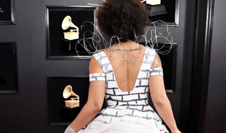 ¿Quién es la cantante que asistió a los Grammys con un vestido que apoya el muro de Trump?