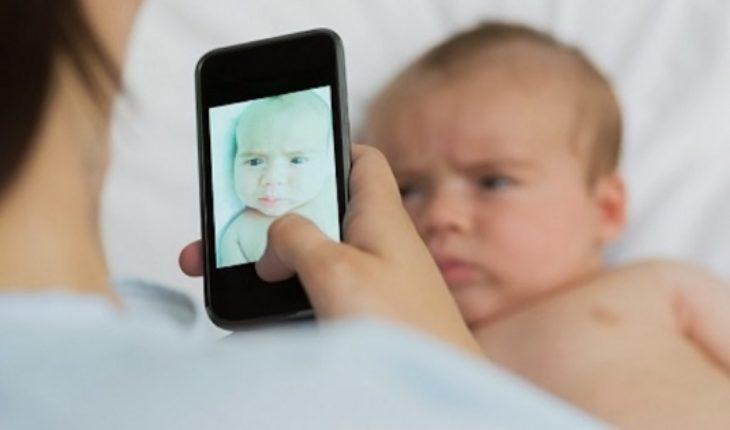 Advierte sobre los peligros de compartir videos y fotos de menores en redes sociales