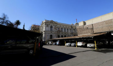 """Alcalde de Santiago pide a parlamentarios pagar su estacionamiento y devolver terreno para una plaza: """"No creo que se vayan a desangrar"""""""