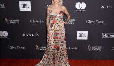 Atuendos con personalidad dominan la alfombra de los Grammy