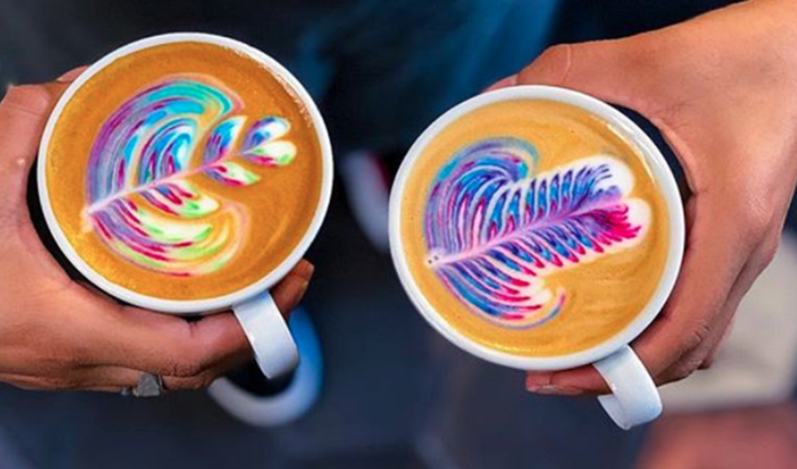 Café multicolor, la especialidad de un bar en Palermo