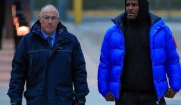 Cantante R. Kelly sale libre tras pagar fianza