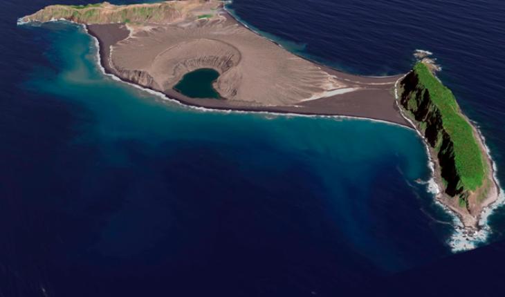 Científicos visitan una de las islas más nuevas y descubren un misterioso y pegajoso fango