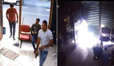 Exhiben asalto en barbería; una semana después es incendiada