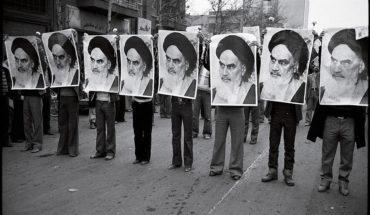 Una fila de hombres sostienen la imágen del ayatolá Jomeini durante una manifestación en Irán (1978). Fotografía escaneada, autor desconocido (Wikimedia Commons / Dominio público). Blog Elcano