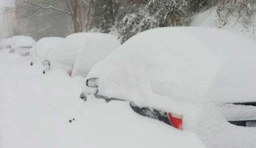 Conductor de quitanieves encuentra a mujer viva atrapada en su auto
